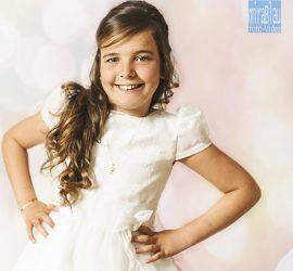 Foto retrato divertido de estudio Primera Comunión niña. Fondo fantasía.