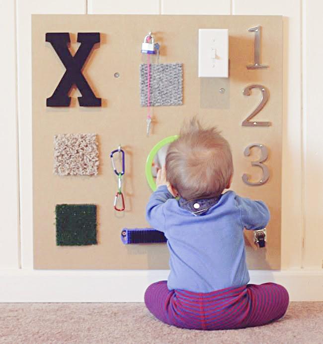 Foto Bebe jugando con panel de texturas.