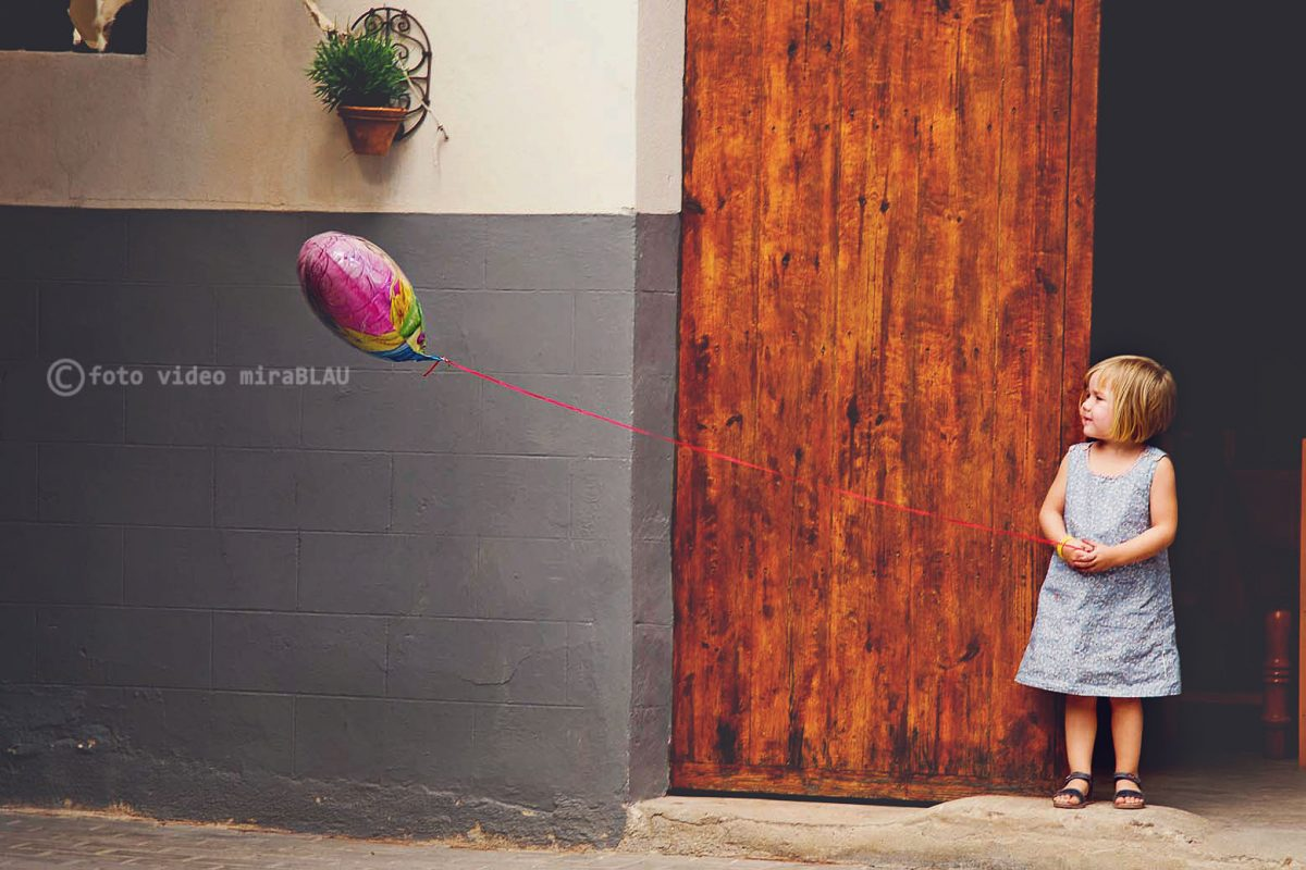 Foto retrato de niña con globo.