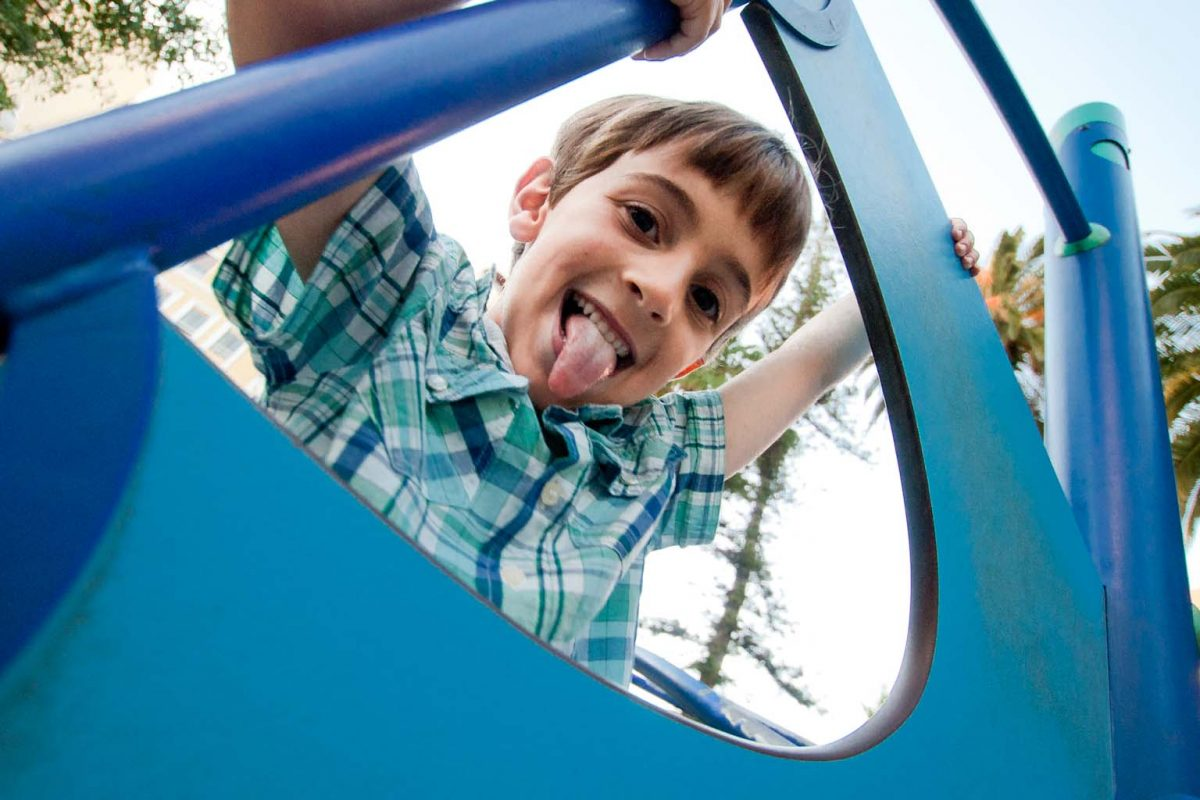Foto retrato niño jugando en el parque.