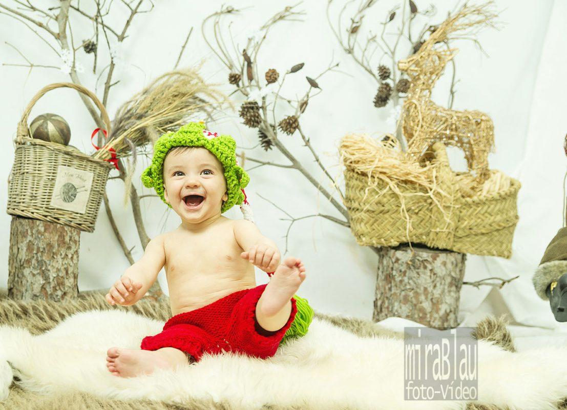 Foto retrato divertida bebe en el estudio para Navidad.