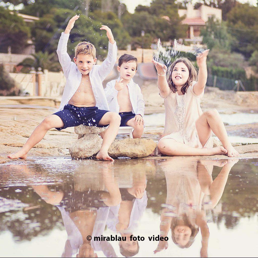 Foto retrato niños en la playa Reflejo en el agua.