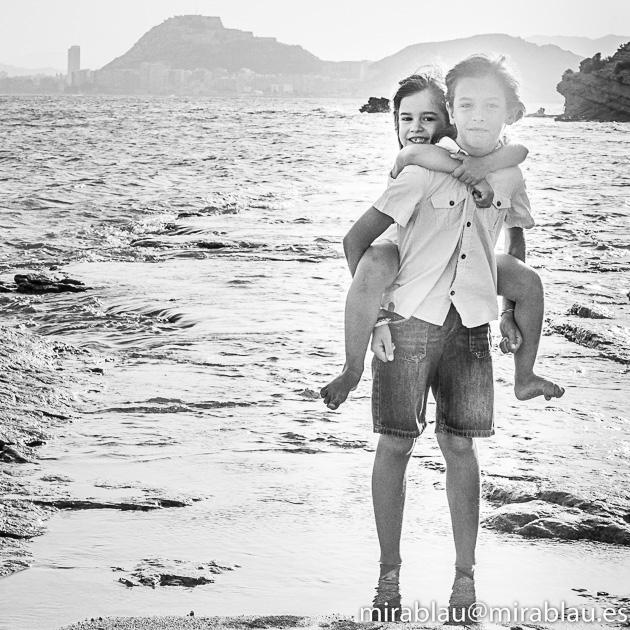 Imagen en Blanco y negro. Foto Sesión en la playa con niños.