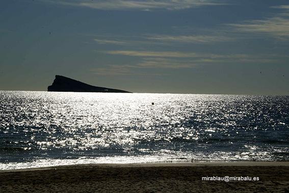 Foto hecha en un día soleado de invierno. La playa aparece desierta.