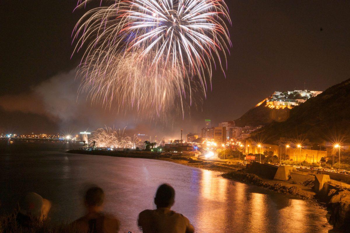 Fuegos artificiales en fiestas de Alicante. Disparo larga duración con tripode.
