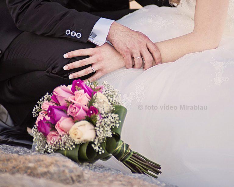 Foto de boda. Anillos y flores.