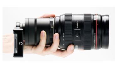 Smartphone con adaptador y lente de cámara adslr.