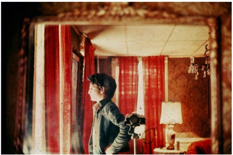 Selfie con camara analogica en espejo