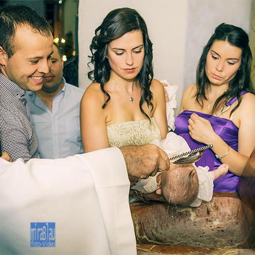 Momento del bautizo en la Pila Bautismal con Padres y Padrinos.