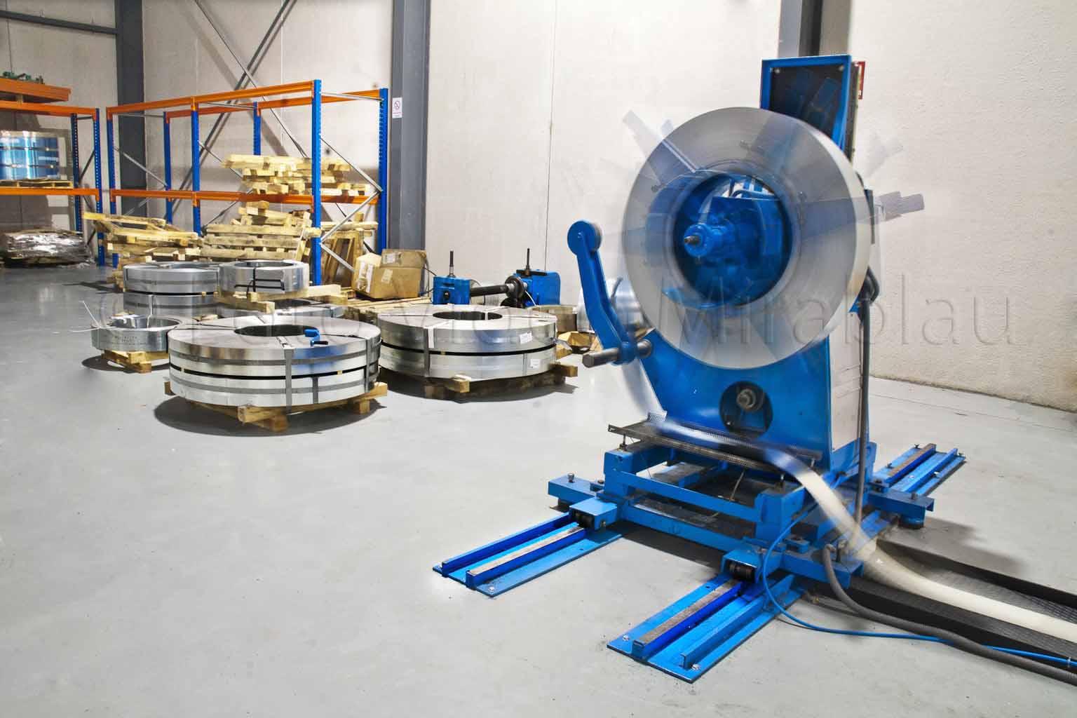 Maquinas en rotación con plancha de acero. Multi-imagen para dar sensación de movimiento.