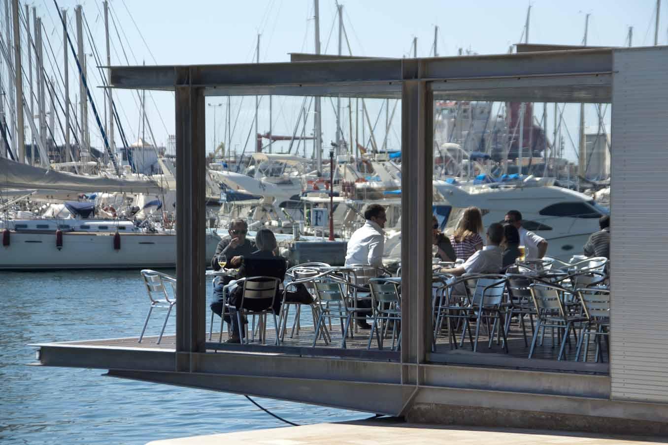 Foto turística. Bar colgante sobre Club Náutico paseo Explanada.