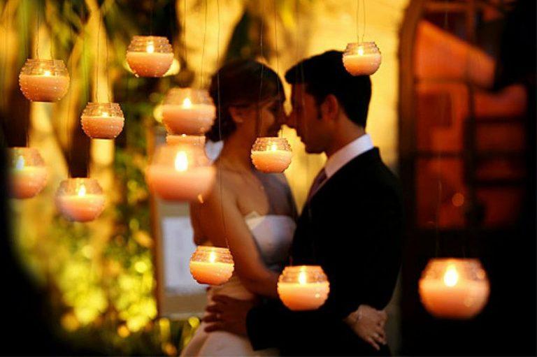 Decoración exterior con velas y pareja de novios