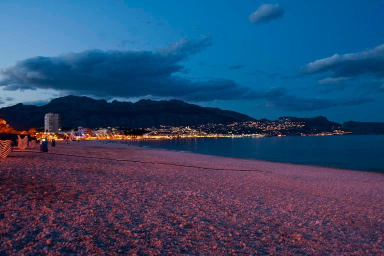 Playa del Albir anocheciendo.