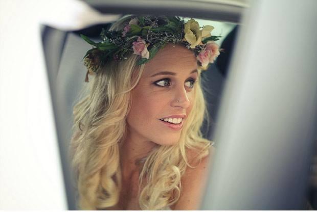 Novia con corona de flores saliendo del coche