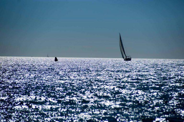 Velero en costa de Santa Pola - España.