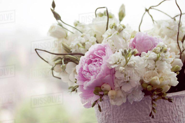 Primer-plano-flores-en-una-cesta