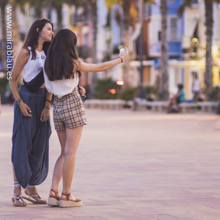 Selfie de dos chicas en la calle para instagram