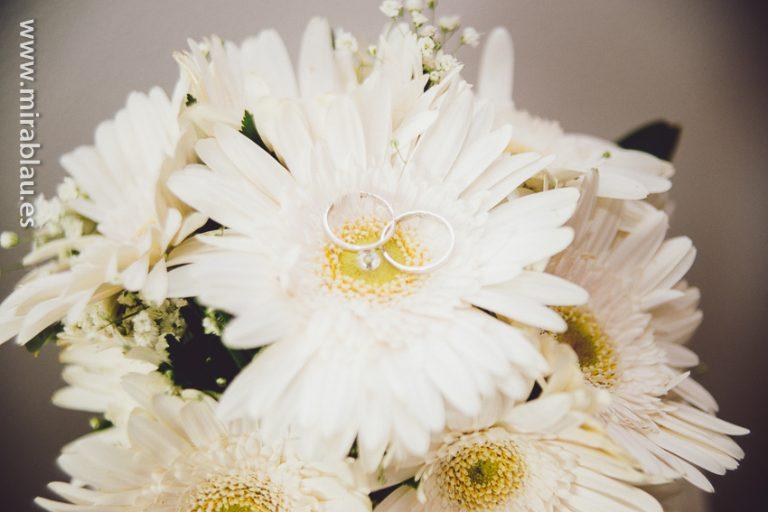Anillos en el centro de la flor del ramo de novia