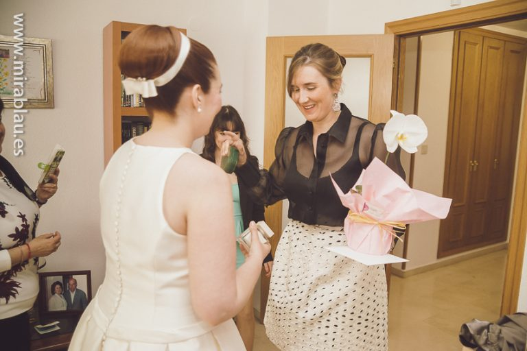 Madrina-entrega-regalo-novia