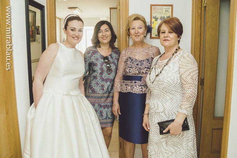 Novia con su madre y tías