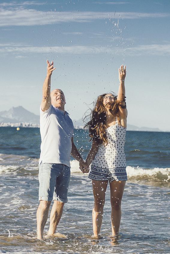 Preboda-en-la-playa-jugando con el agua
