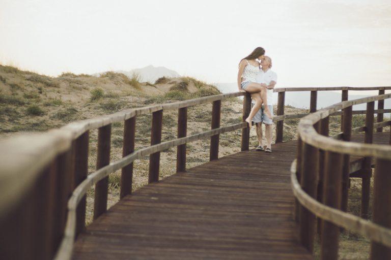 Preboda-en-la-playa-pasarela-madera-01