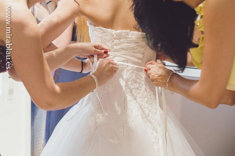 Cerrando el vestido de novia con un lazo