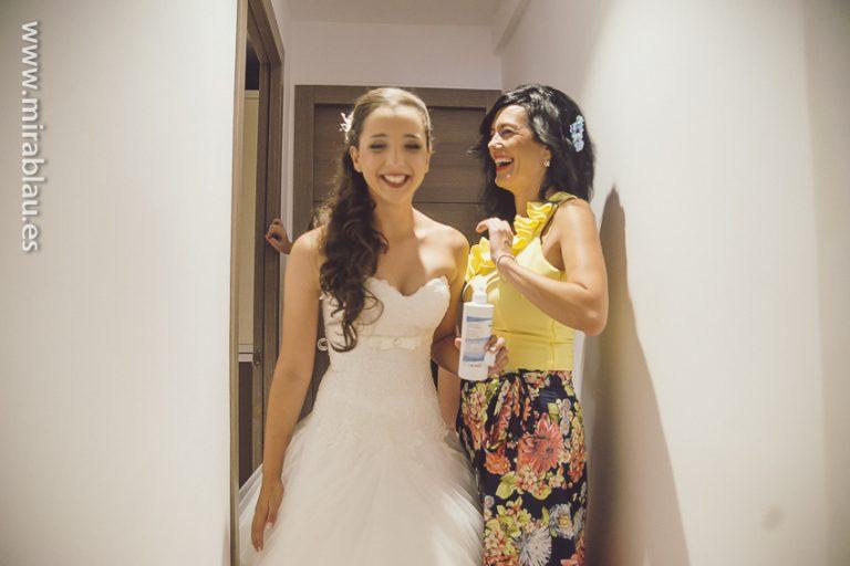 Novia y amiga ríen en el pasillo