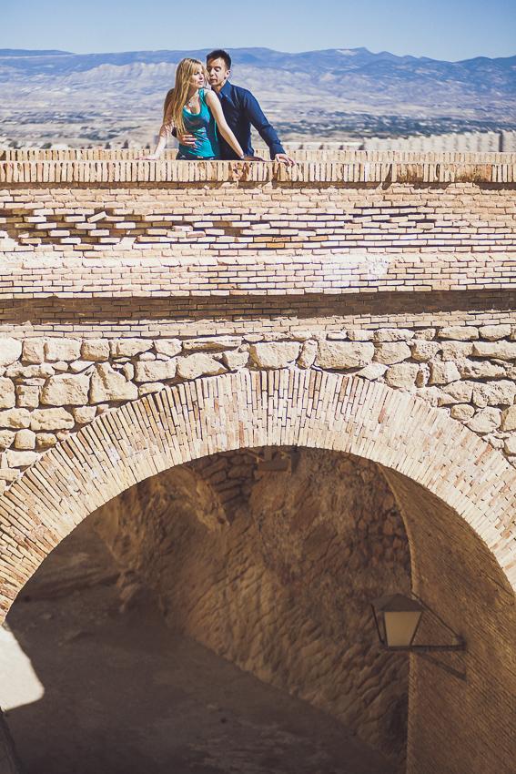 Preboda-castillo-juntos-sobre-el-puente