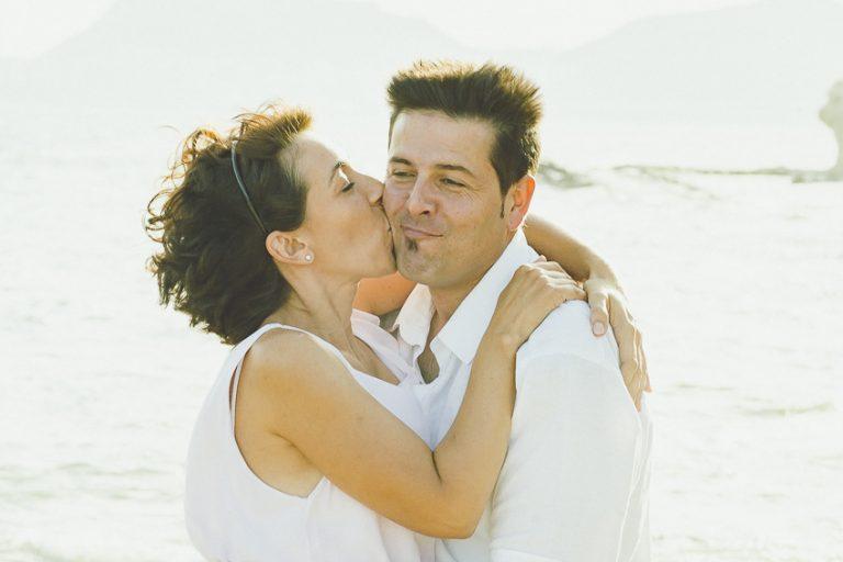 Pareja-abrazada-playa-beso