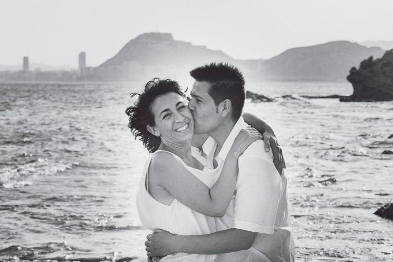 Pareja-abrazada-playa-beso-blanco/negro