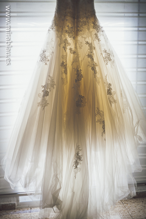 Vestido novia iluminado por ventana