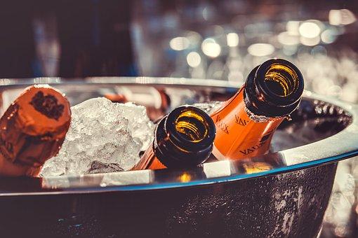 champagne enfriándose en hielo