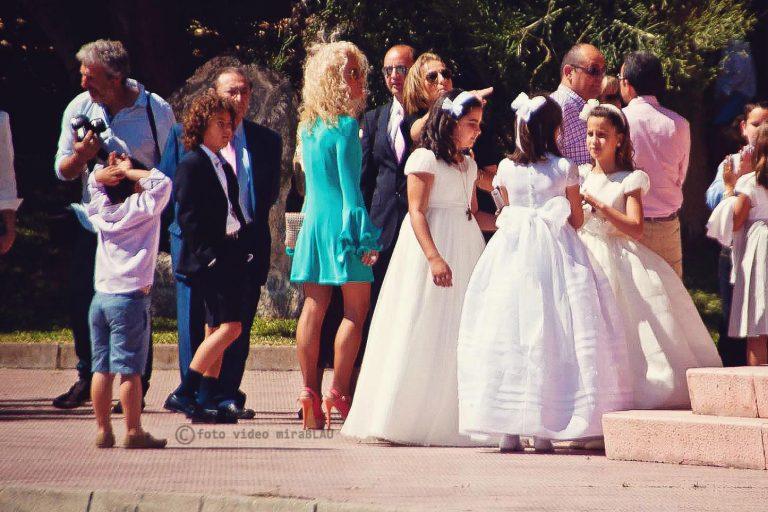 grupo-niñas-primera-comunión-puesta-iglesia