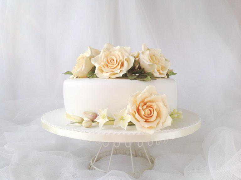 Tarta-boda-decorada-con-rosas-amarillas