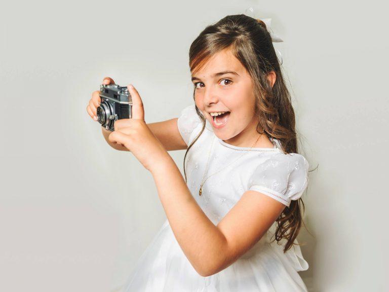 foto-primera-comunión-posando-con-cámara-de-fotos-niña-2