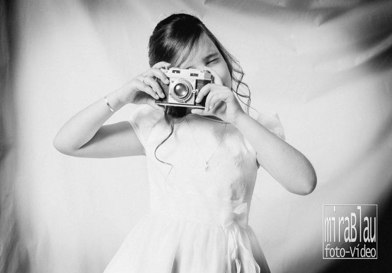 foto-primera-comunión-posando-con-cámara-de-fotos-niña